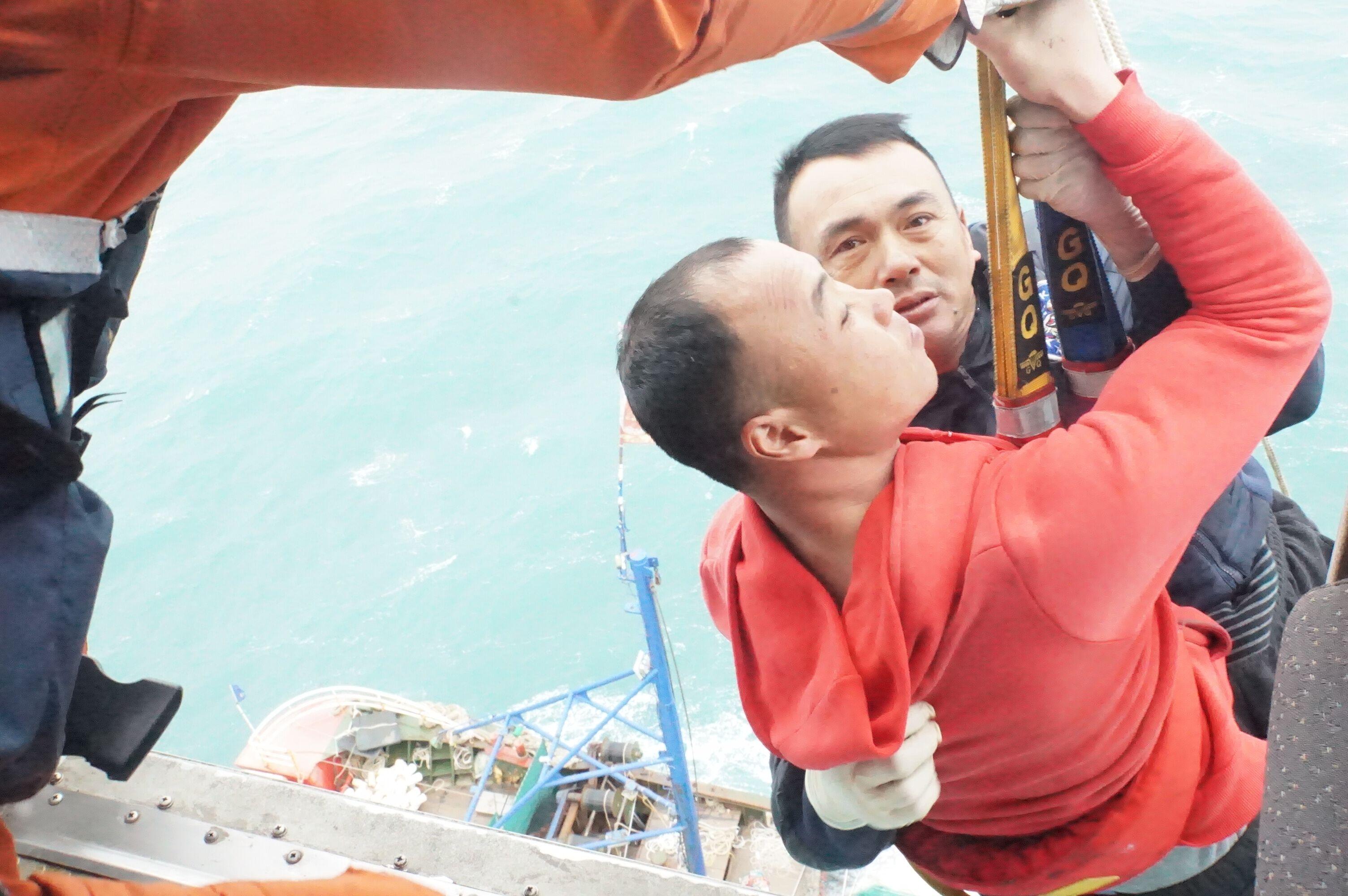 东海救助局寒风中救起11名遇险渔民