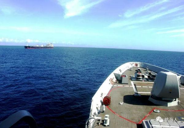 还击!船上一安保人员被海盗射中