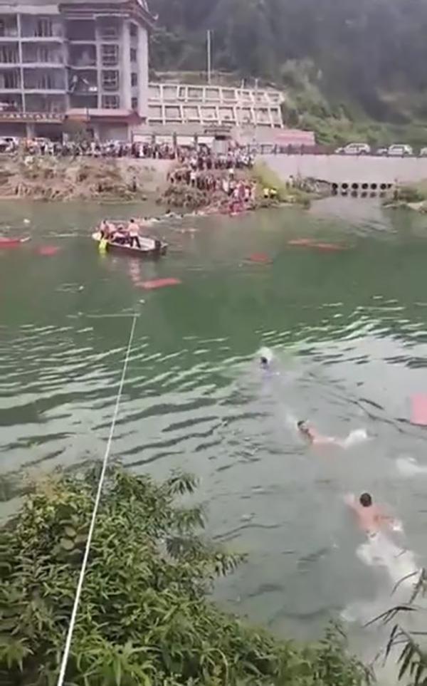 龙山龙舟赛观光桥垮塌致多人落水,已打捞到两具遗体搜救继续