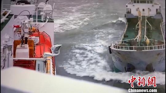 """长江口""""幽灵""""油船抗法逃逸 撞上海事公务船"""